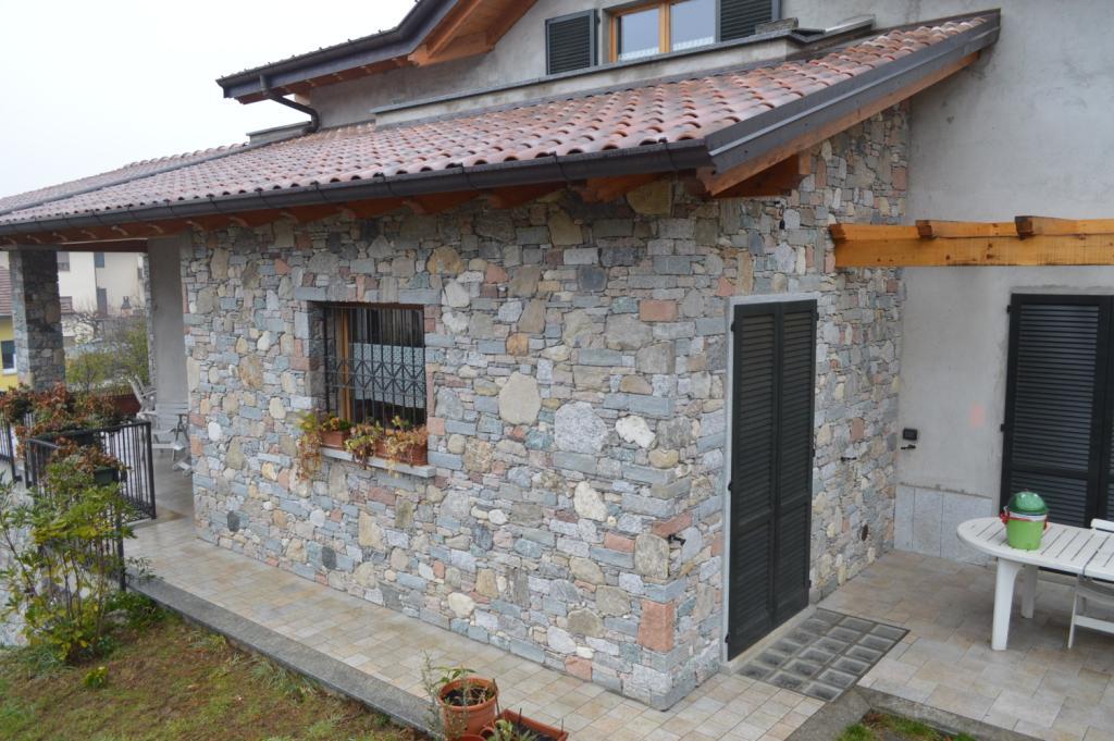 Opere in sasso tel facciata esterna in for Rivestimento in mattoni per case
