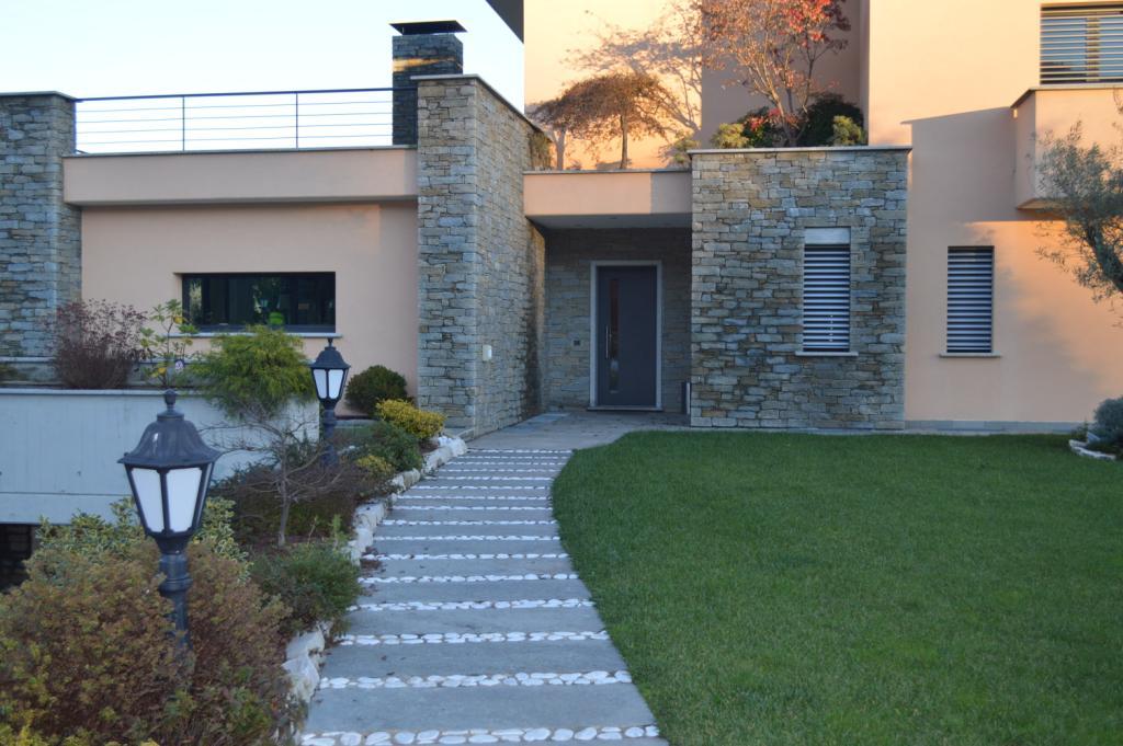 Pavimentazioni esterne in pietra varese opere in sasso for Scale esterne ville