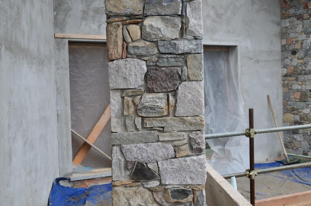 Lavorazione a secco - Pilastro in pietra - Gavirate (Varese)
