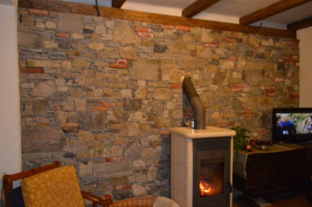 interno in pietra locale e antichi mattoni pieni