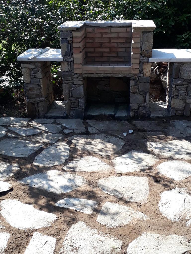 Barbecue e soluzioni da giardino opere in sasso tel for Soluzioni giardino